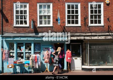 Frau shopping in Upton-auf-Severn, Worcestershire, England - Stockfoto