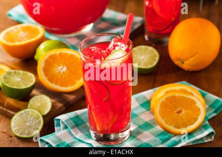 Erfrischende kalte Fruitpunch mit Beeren und Orangen - Stockfoto
