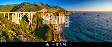 Panoramablick über die Big Sur Coast an Bixby Creek Bridge, Monterey County, Kalifornien, USA. - Stockfoto