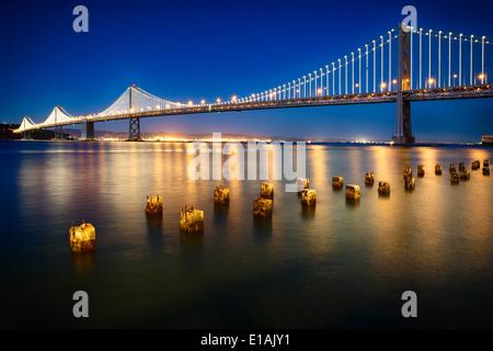 Nacht-Blick auf den westlichen Abschnitt der San Francisco-Okland Bay Bridge, San Francisco, Kalifornien, USA. - Stockfoto