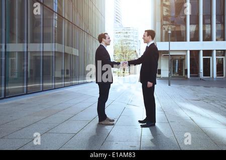 zwei Geschäftsleute Händeschütteln - Stockfoto