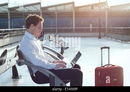 Internetnutzung im Flughafen-terminal - Stockfoto