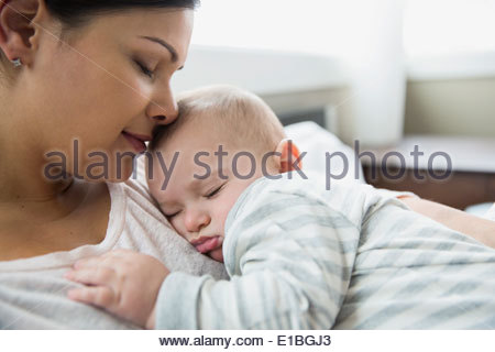 Gelassene Mutter und Baby schlafen - Stockfoto