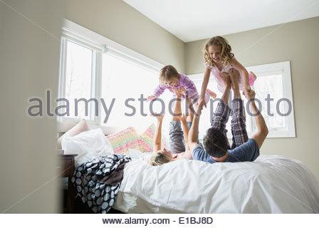 Familie spielen auf Bett - Stockfoto