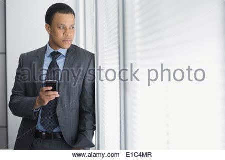 Nachdenklich Geschäftsmann Bürofenster mit Blick - Stockfoto