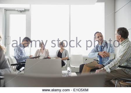 Arzt und Senior Patienten Handshake im Wartezimmer - Stockfoto