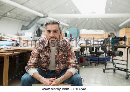 Porträt von zuversichtlich Arbeiter in textilen Pflanze - Stockfoto