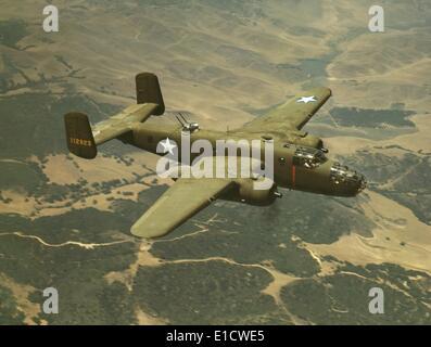 North American Aviation b-25 Mitchell Bomber während des Fluges im 2. Weltkrieg. Der mittlere Bomber benannt nach - Stockfoto