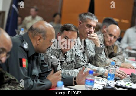 Von links: Afghan National Army General Munir Mangal, stellvertretender Minister für Sicherheit; US Army General - Stockfoto
