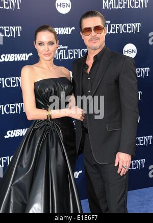 """Hollywood, Kalifornien, USA. 28. Mai 2014. Angelina Jolie & Brad Pitt kommt für die Premiere des Films """"Malefiz"""" - Stockfoto"""
