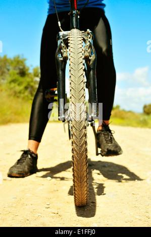 ein junger Mann auf einem Mountain-Bike auf einem Feldweg - Stockfoto