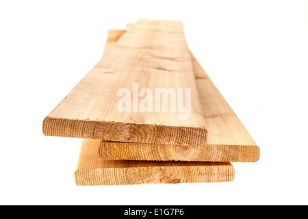 Drei Zeder eins von sechs Zoll Holzplanken auf weißem Hintergrund - Stockfoto