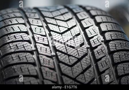 neue Winterreifen für das fahren auf Schnee - Reifenprofil zeigen Stockfoto