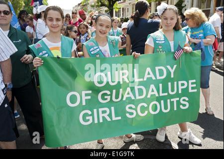 Pfadfinderin Truppe bereitet sich im The Kings County Memorial Day Parade in der Bay Ridge Abschnitt von Brooklyn, - Stockfoto