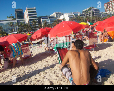RIO DE JANEIRO, Brasilien - 22. Januar 2013: Carioca Brasilianer genießen Sie einen Sommernachmittag am Strand vor - Stockfoto