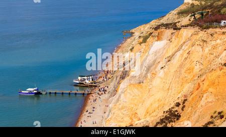 Mit Blick auf den Strand und bunte sandigen Klippen von Alum Bay auf der Isle Of Wight England UK Europe - Stockfoto