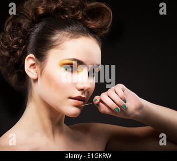 Ehrgeiz. Glamour. Anspruchsvolle Lady Fashion Model mit Nadel - Stockfoto