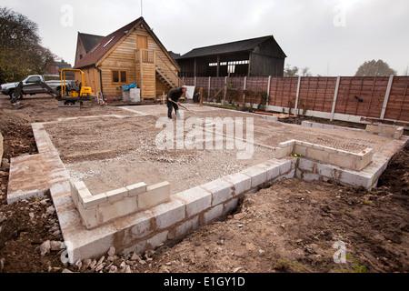 selbstbauhaus selbstbau haus stiftung ausfachung mit verdichtetem mot stein vor der verlegung bodenplatte nivellieren bungalow