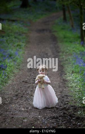 Kleines Mädchen einen Waldweg entlang, im Frühjahr. - Stockfoto