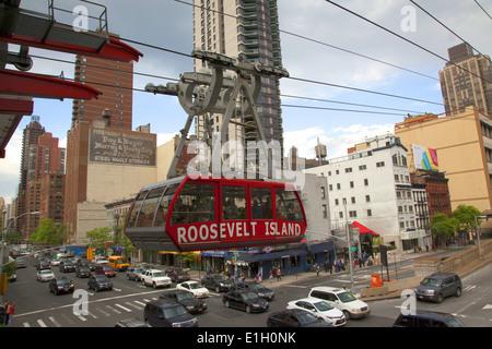 Die Straßenbahn von und nach Roosevelt Island und landet um seine 2nd Avenue & 60th St. dock in Manhattan alle zehn - Stockfoto