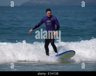 Junger Mann lernen zu surfen, Newquay, Cornwall, UK - Stockfoto