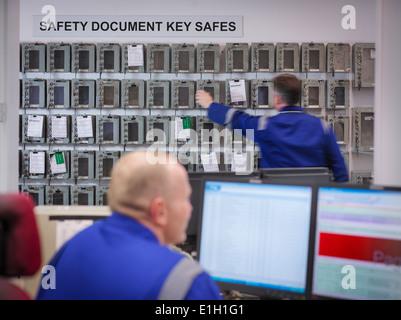 Ingenieur, die Auswahl der Geräte-Tasten im Kraftwerk - Stockfoto