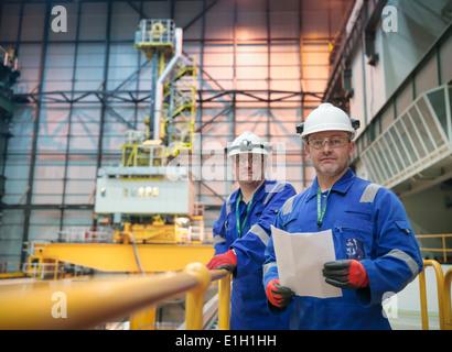 Porträt von Ingenieuren in der Reaktorhalle im Kernkraftwerk - Stockfoto
