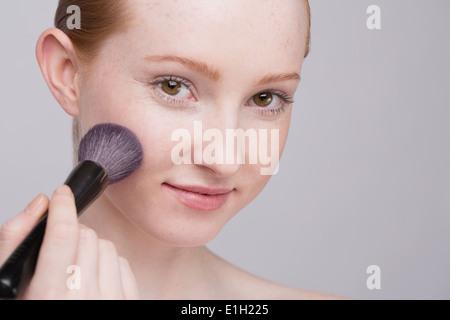 Porträt der jungen Frau, die Anwendung machen - Stockfoto
