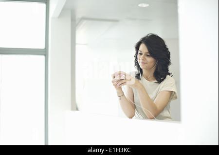 Junge Frauen mit MP3-player - Stockfoto