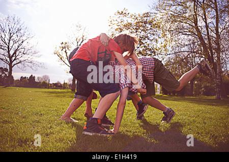 Jungen spielen kämpfen am Spielfeld - Stockfoto