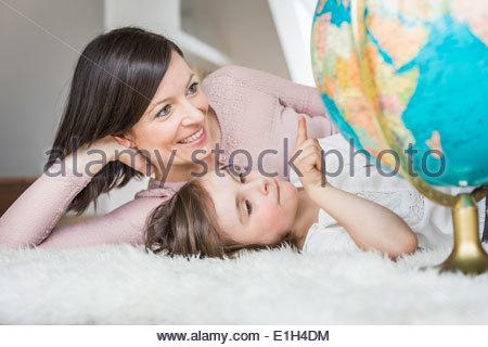 Mutter und Tochter, die Welt zu betrachten - Stockfoto