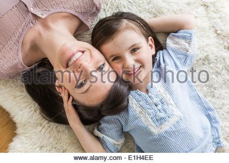 Mutter und Tochter liegen auf Pelz-Wolldecke, Draufsicht - Stockfoto