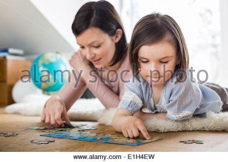 Mutter und Tochter tut Puzzle - Stockfoto
