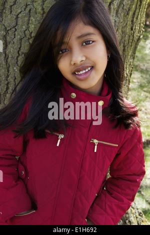 Porträt eines Mädchens Baumstamm gelehnt hautnah - Stockfoto