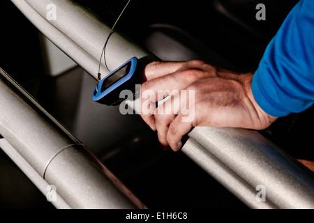 Nahaufnahme eines männlichen Hand und Pulsmesser auf Fitness-Studio-Laufband in Höhe Mitte - Stockfoto