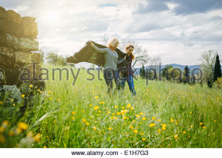 Mutter und Tochter im Teenageralter ein Spaziergang mit Decke - Stockfoto