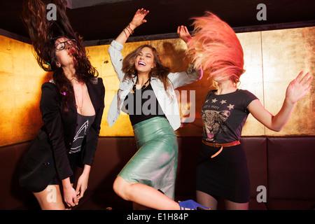 Vier Freundinnen Tanzen in Nachtclub