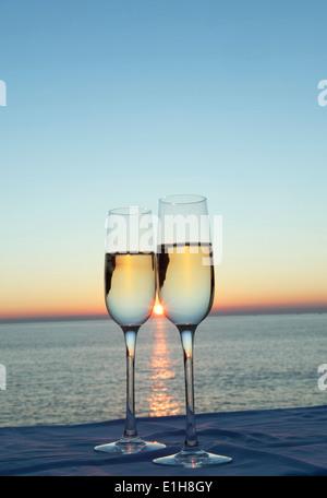 Zwei Sektgläser gegen Sonnenuntergang - Stockfoto