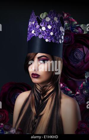 Fantasie. Fantasievolle Frau in ungewöhnliche Kunst stilisierte Krone - Stockfoto