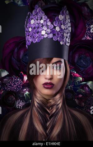 Phantasie. Extravaganz. Gestylte Frau in fantastische Kopfbedeckungen - Stockfoto