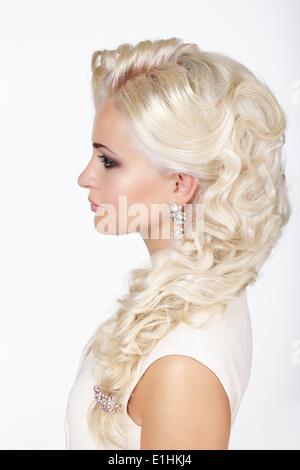 Raffinesse. Profil von modische Mädchen mit grau gefärbten lockigen Haare - Stockfoto