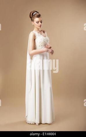 Die Einfachheit. Stilvolle Frau im ärmellosen Kleid - Stockfoto