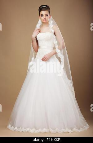 Hochzeit. Schöne anmutige Braut im weißen Kleid und Viel - Stockfoto