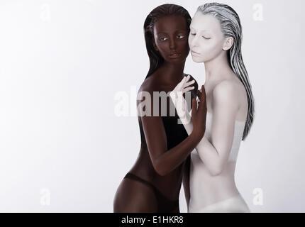 Beziehung. Einheit. Zwei asiatische Ordensfrauen in Umarmung. Harmonie - Stockfoto