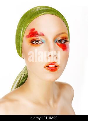 Fantasie. Glamour. Mode-Modell in grünen Schal und bunten Make-up - Stockfoto