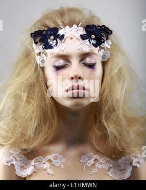 Entspannen Sie sich. Geheimnisvolle Blondine mit gemalten Haut gestylt. Träume mit geschlossenen Augen. Schönheit - Stockfoto