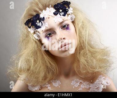 Young gestylt blond mit bunten Make-up - blauen Lidschatten. Kunst - Stockfoto