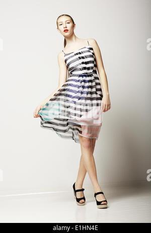 Lebensstil. Attraktive schlanke weibliche Kleid ärmellos Tabby. Sinnlichkeit - Stockfoto
