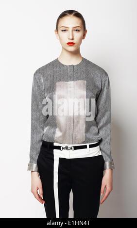Porträt des jungen stilvolle weiblich in graue Kleidung. Moderner Stil - Stockfoto