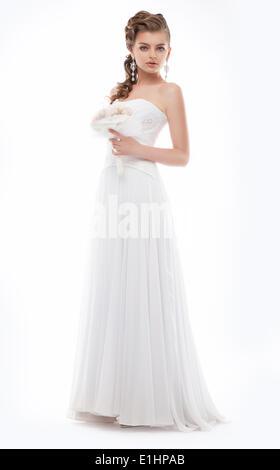 Schöne Braut gekleidet in weißen Kleid posiert isoliert Studioaufnahme - Stockfoto
